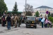 Kolona historických vojenských vozidel